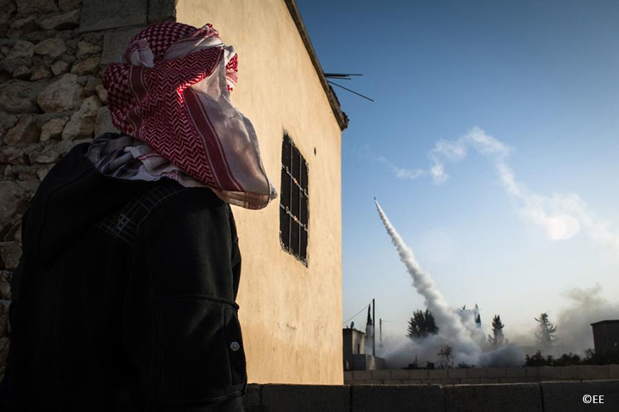 16-01-2013 Les combattants de la katiba Abo Baker ( armée syrienne libre), lancent des roquettes sur l'aeroport militaire de kwiriss tenu par les forces gouvernementales.